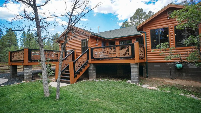 STUNNING CUSTOM BUILT CABIN ON LARGE FENCED LOT WITH THEATER ROOM!! PETS WELCOME, holiday rental in Show Low