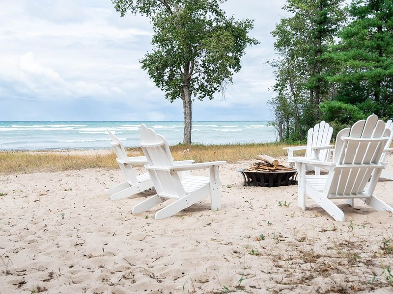 Enjoy the beauty of Lake Michigan when you stay at the Dreamcatcher., casa vacanza a Charlevoix