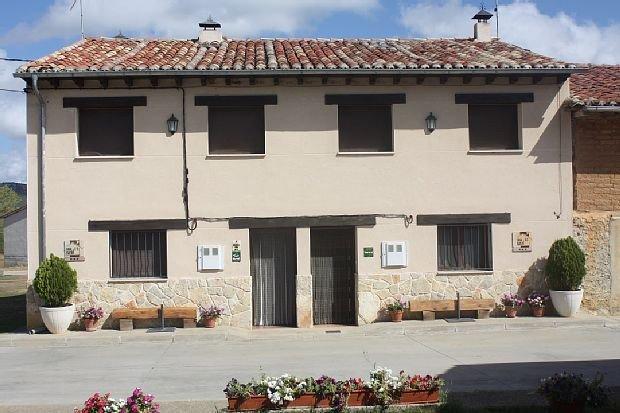 Casa rural (alquiler íntegro) El Enebral II para 7 personas con chimenea y bbq, location de vacances à Bayubas de Abajo