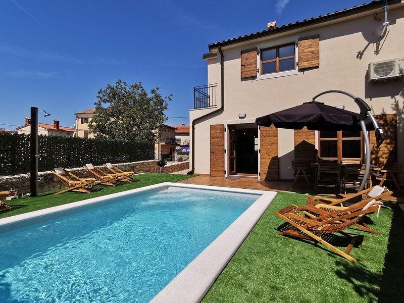 Neues Ferienhaus mit Pool im mittelalterlichen Bale, aluguéis de temporada em Bale