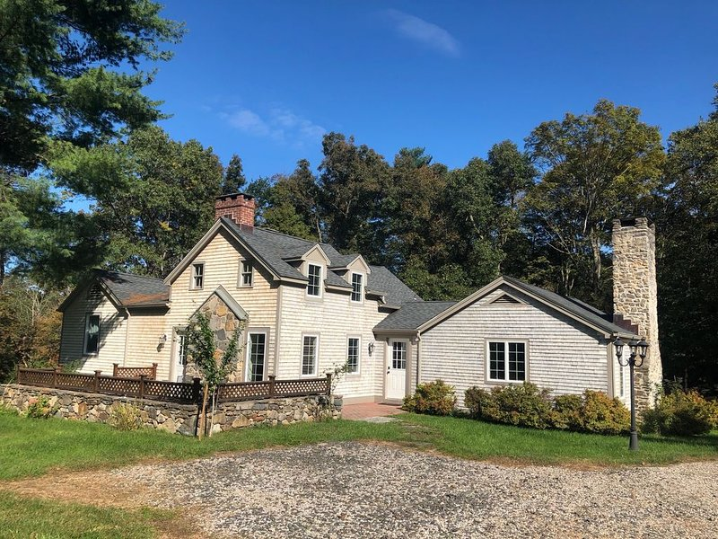 1905 Remodeled New England Cape Quintessential Connecticut Countryside Getaway, vacation rental in Washington Depot