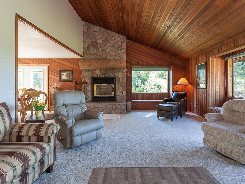 Spacious paradise in the woods, family-friendly, close to town., location de vacances à Kalispell