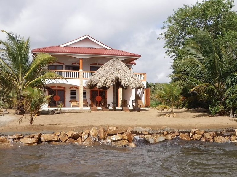 Christy's Casa - Beach Front Ground Level Suite, aluguéis de temporada em Stann Creek