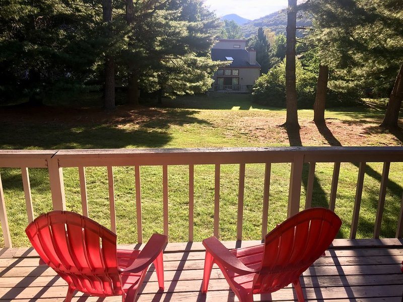 3BR 1500 sqft near Loon Mtn- in/out pool, hottub, Shuttle, holiday rental in Lincoln