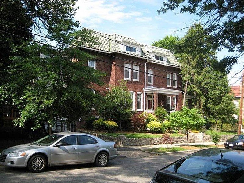 Lovely 5 Bedroom, Single Family Home in Upper Northwest DC (1538), aluguéis de temporada em Silver Spring