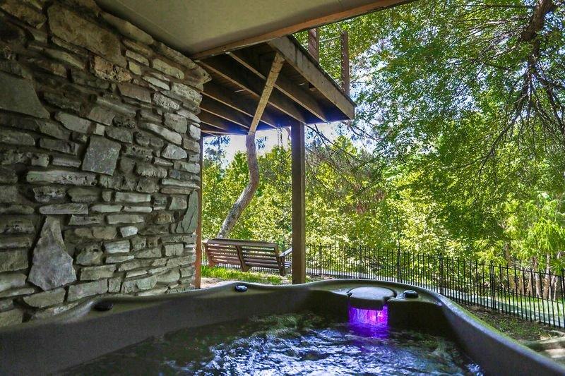 Kellys Creekside Erins Escape | 1/1 Suite | Hot Tub | Walk to Main, vacation rental in Fredericksburg