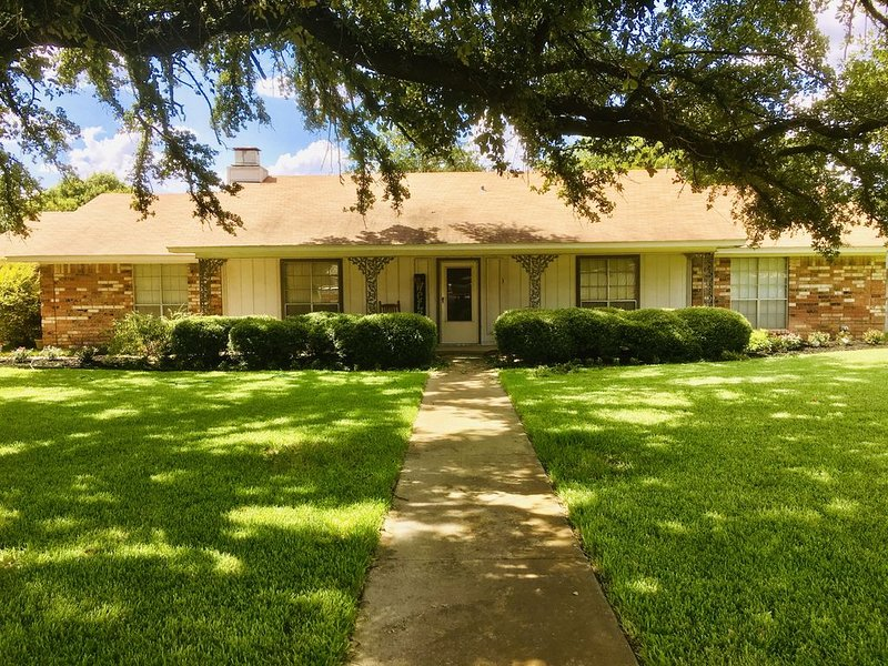 Amazing Home Near Lake Belton, 1+ Acre Lot! Space for Everyone!, holiday rental in Harker Heights