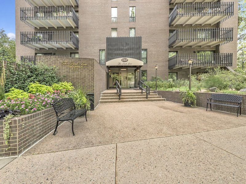 Park Views! Designer Apartment for 30 Day+ Rental, holiday rental in Englewood