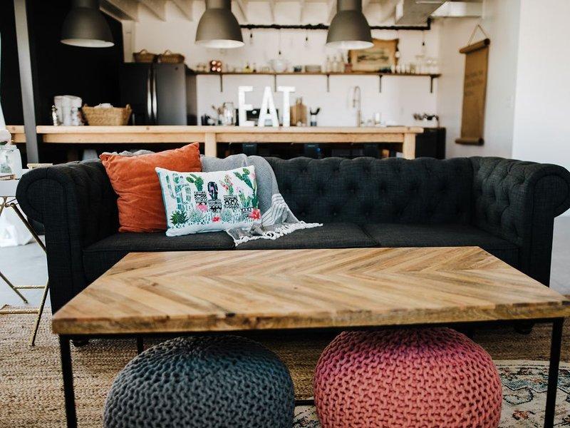 Ouvrir le design industriel moderne, avec des sièges confortables et des options de détente