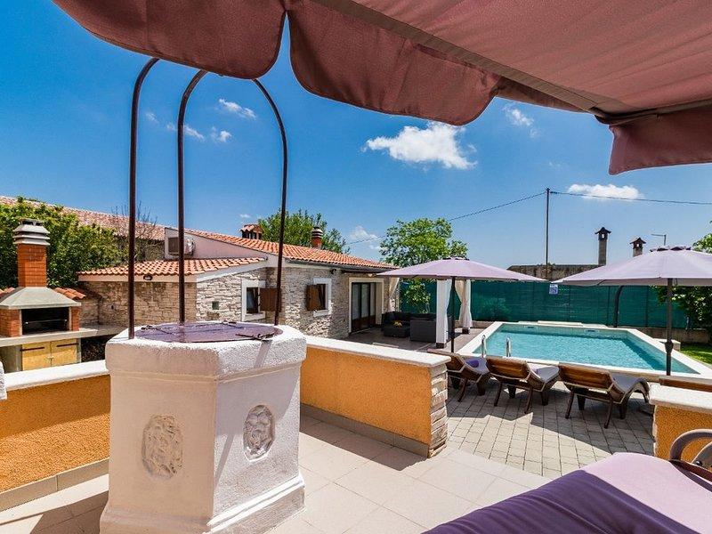 Charmantes Ferienhaus mit privatem Pool, Waschmaschine, Klima, WLAN, Terrasse un, holiday rental in Zminj
