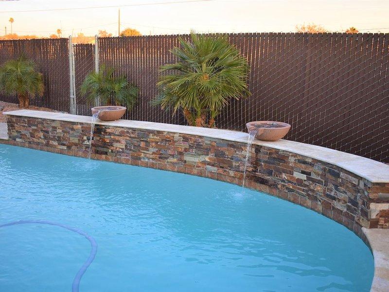 Clean & Contemporary Pool Home- WIFI, Air Hockey, Pool Table, Fire Pit, Cornhole, casa vacanza a Lake Havasu City