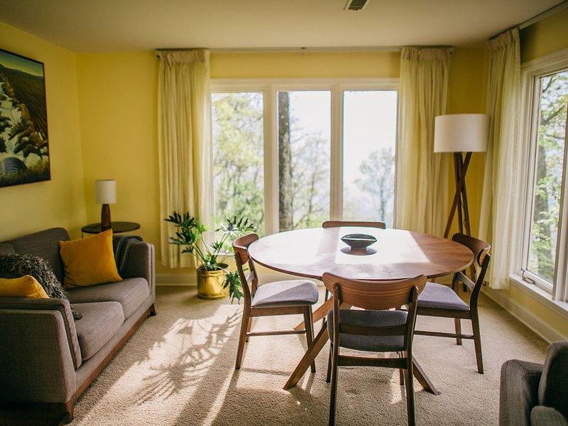 Sonniges Wohnzimmer mit Aussicht