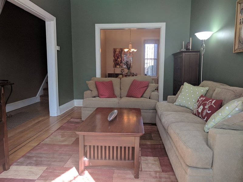 BEAUTIFUL 2 BR/2.5 bath Renovated Victorian Rowhouse with Parking - NEW LISTING!, vacation rental in Washington DC