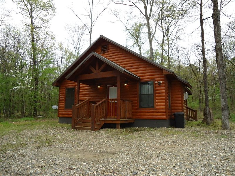 Luxury Honeymoon Cabin Bear Bottoms, Hot Tub, Hammock, Wifi, Indoor fireplace, holiday rental in Broken Bow