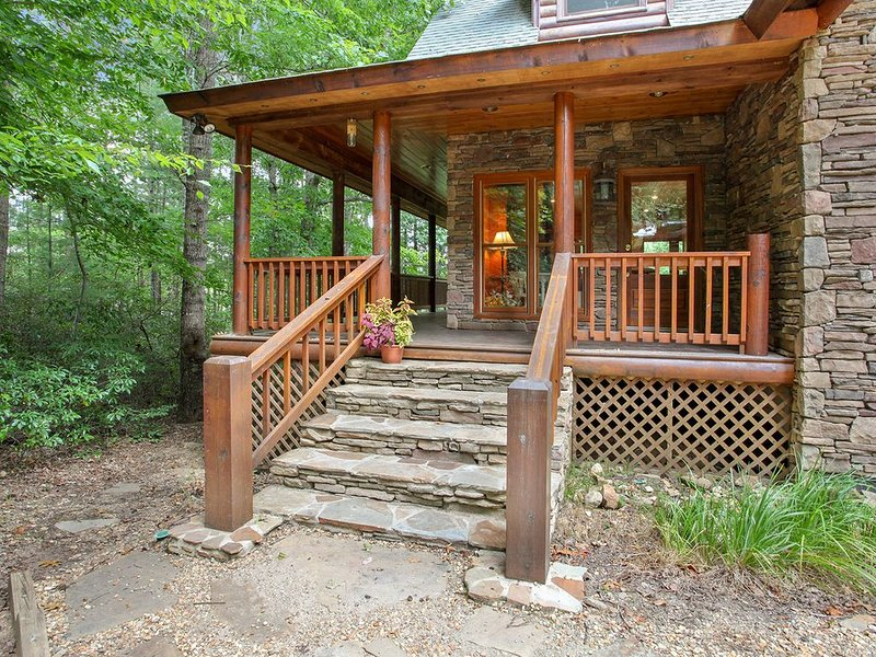 Comfy & Perfectly Outfitted for Large Groups! Rental next door Sleeps 7 More!, location de vacances à Blairsville