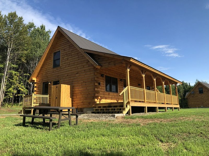 Pet friendly cabin in East Burke - KINGDOM TRAILS and VAST snowmobile network!, vacation rental in Glover