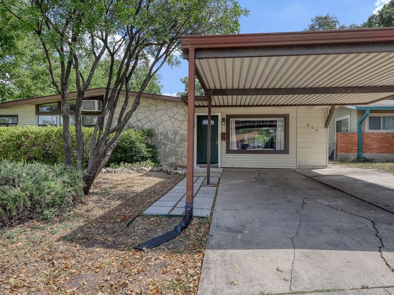 Lovely & spacious family home w/ enclosed back yard, near San Antonio Aquarium!, holiday rental in Castle Hills