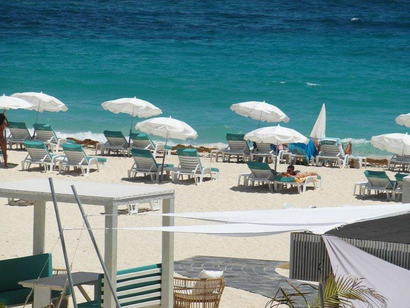 Duplex  avec vue exceptionnelle  sur la plage de baie orientale et l'ocean, holiday rental in Orient Bay