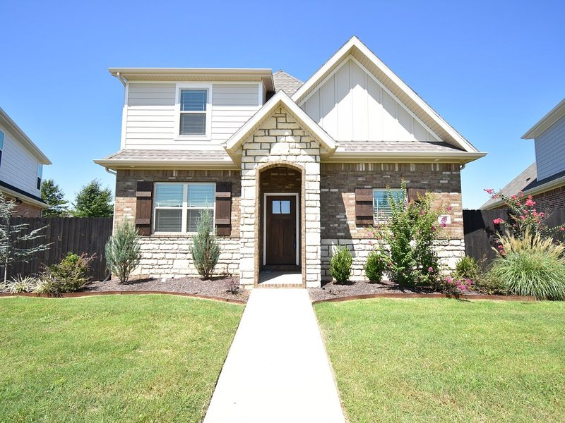 FunTastic Fayetteville!! New Town Home Sleeps 8!! 780 N. Malbec, holiday rental in Gentry