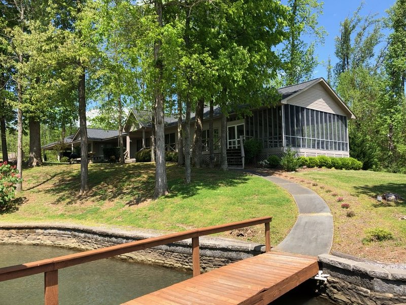 Crosswinds at Lake Guntersville (Lakefront w/dock), holiday rental in Grant