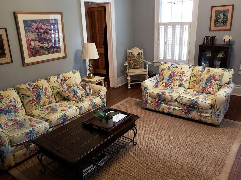 Disfrute de una gran sala de estar con asientos adicionales para relajarse, leer o mirar televisión.