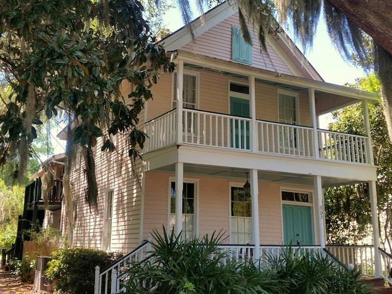 Just 2 mi. to Parris Island & Beaufort, Walk to Beach & Shops - Sleeps 6 - Wi-FI, casa vacanza a Port Royal