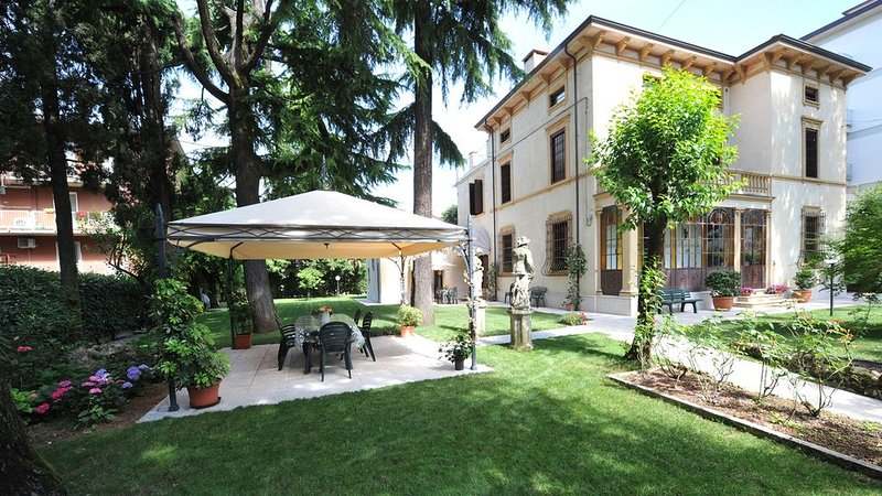 Villa Gloria. Appartamento signorile in villa vicino al centro con parcheggio, holiday rental in Verona