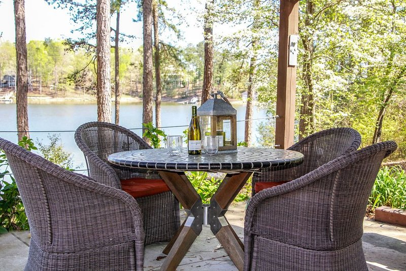PRIVATE BOAT DOCK AND ONLY 8 STAIRS TO THE WATER, holiday rental in Wedowee