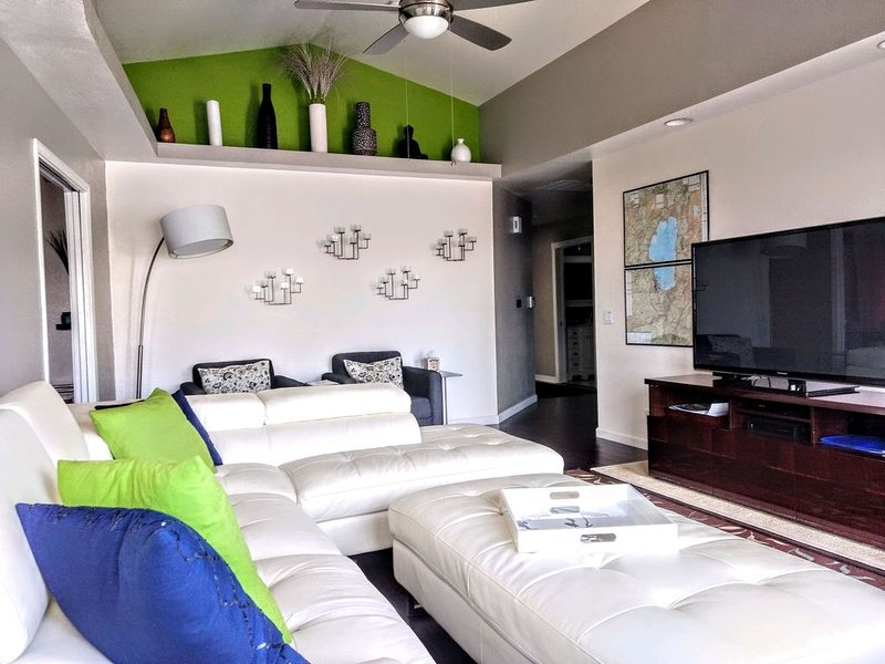 Here Is Your RENO Vacation Home - Sleeps 6, Contemporary Decor, Quiet, holiday rental in Reno