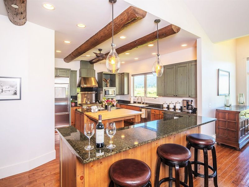 Stunning Crail Ranch Townhome | Private Hot Tub- Perfect for Winter Retreat, aluguéis de temporada em Gallatin Gateway