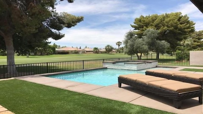 FUN&RELAXING INDIAN PALMS HOME WALK TO POLO FIELDS, PRIVATE POOL! ON GOLF COURSE, alquiler de vacaciones en Indio