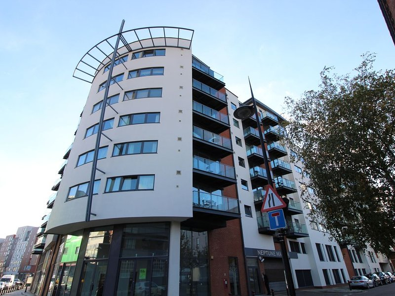 Beautiful and spacious waterfront apartment., holiday rental in Ipswich