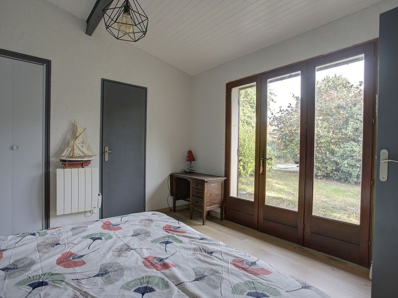 Petite maison exp sud sur jardin arboré sympa avec terrasse ctre ville la teste, location de vacances à La Teste-de-Buch