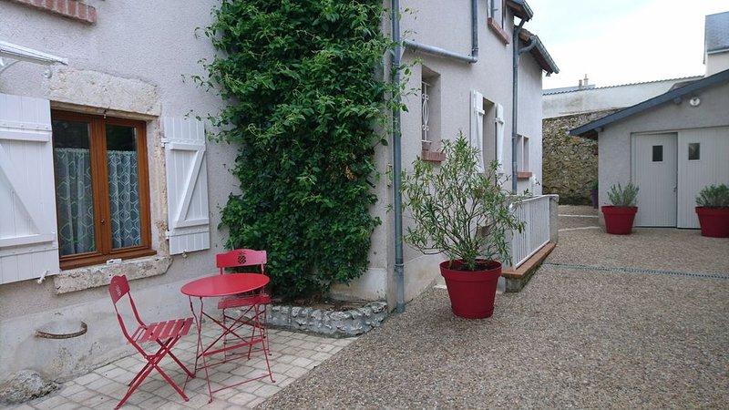 Gite la Maison du Vivier. Maison de village en bord de Loire, vacation rental in Mer