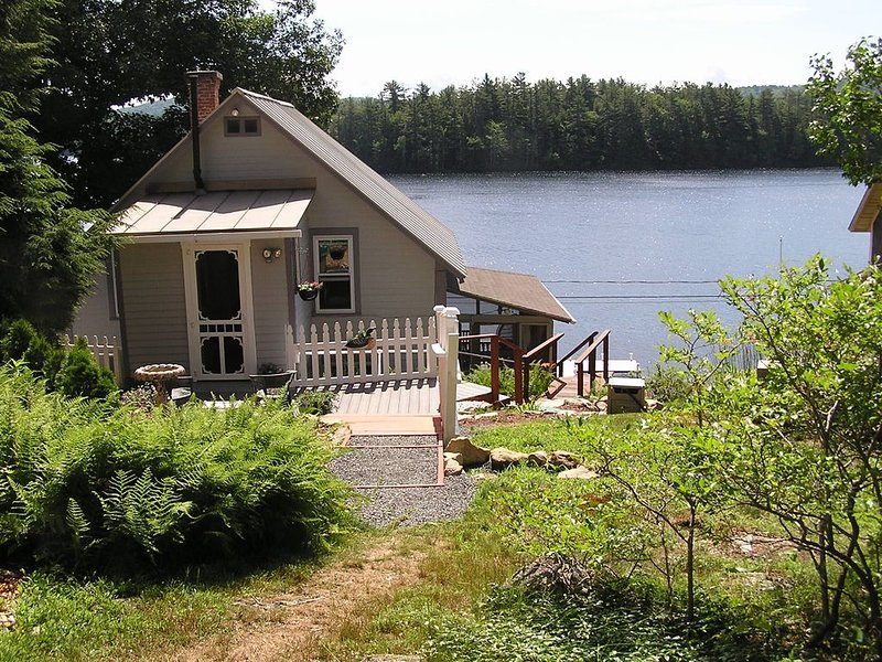 Victorian Lakefront Cottage With Spectacular Sunrise View Of Water, holiday rental in Keene