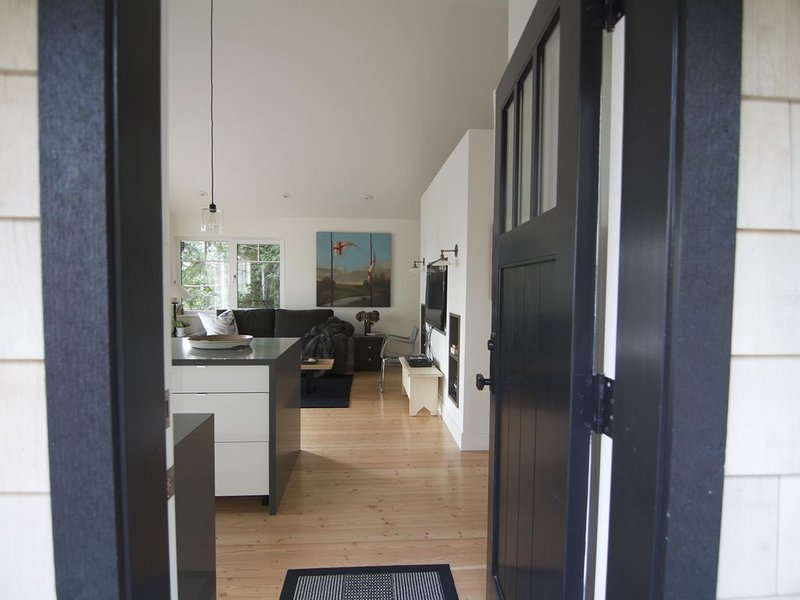 Coast modern coach house , separate cottage on 1,2 acer with ocean view, alquiler de vacaciones en Lions Bay