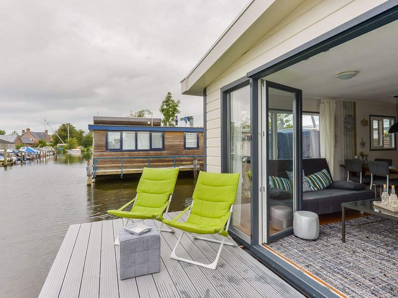 Bright and Comfortable Houseboat, holiday rental in Noorden
