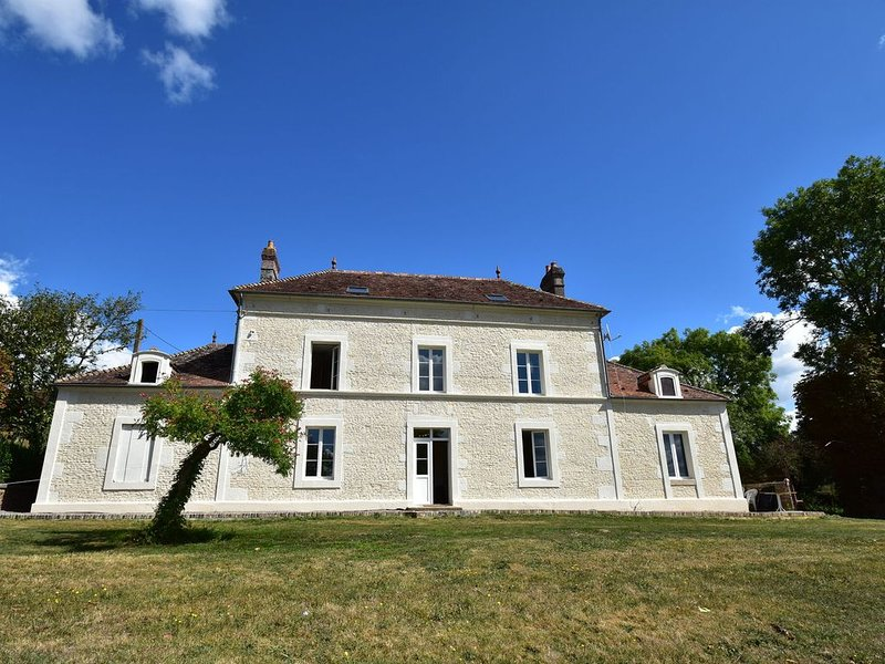 Cozy Mansion in Montreuil-la-Cambe with Garden, holiday rental in Argentan