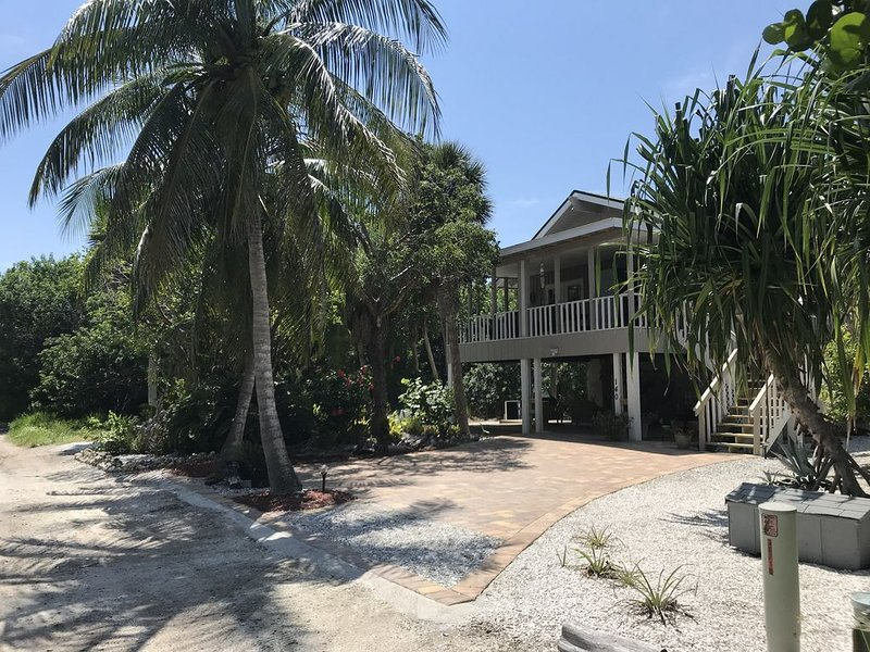 Romantic beach cottage with golf cart kayaks and bikes. Remodeled Coastal charm, holiday rental in Pineland