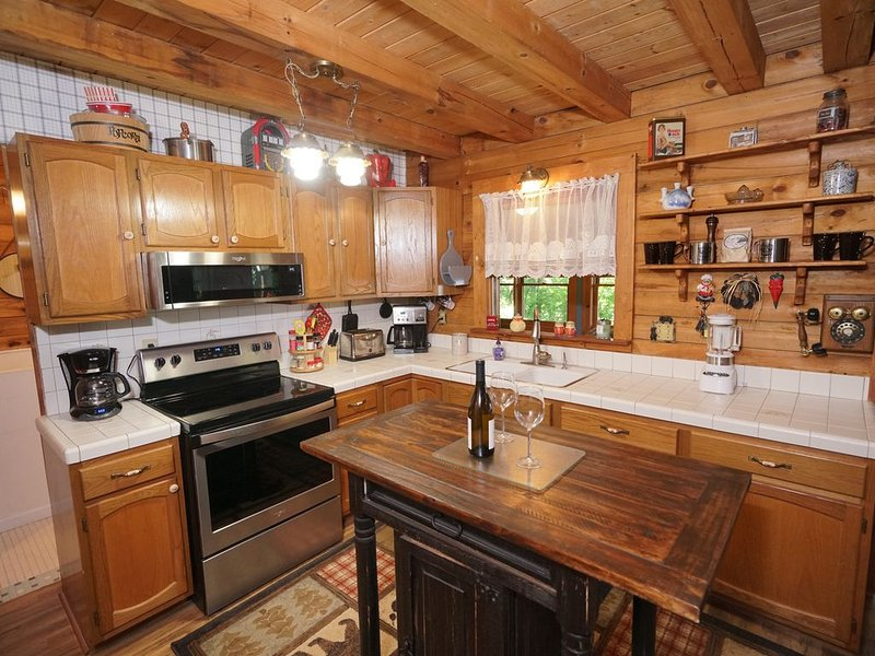Authentic Log Home with Hot Tub, vacation rental in Waynesville