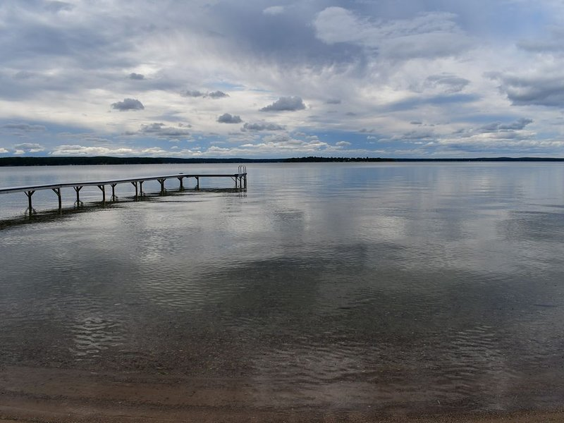 Higgins Lake Front.  Panoramic Sunset. 180 ft Private Sandy Beach and 100' Dock., location de vacances à Higgins Lake