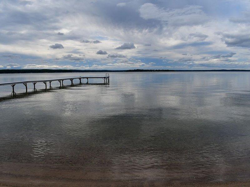Higgins Lake Front.  Panoramic Sunset. 180 ft Private Sandy Beach and 100' Dock., aluguéis de temporada em Higgins Lake