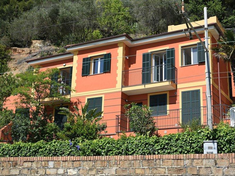 Appartamento in villa, splendida vista sul golfo, 4 posti letto, holiday rental in Laigueglia
