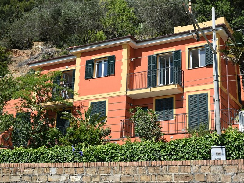 Appartamento in villa, splendida vista sul golfo, 4 posti letto, aluguéis de temporada em Alassio