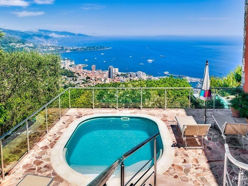 VILLA AVEC VUE PANORAMIQUE SUR MONACO ET L'ITALIE POUR 4 PERSONNES, location de vacances à Alpes Maritimes