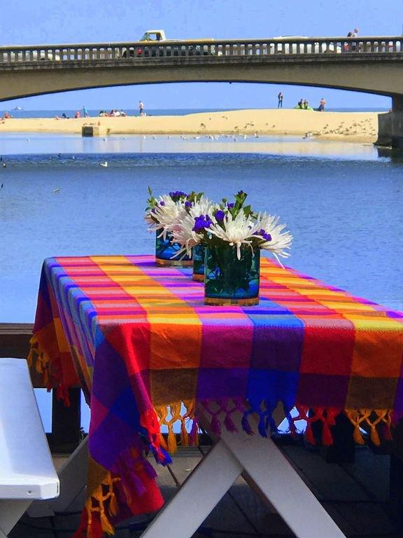 Beau cadre sur le pont de la rivière avec vue sur la plage de Capitola!