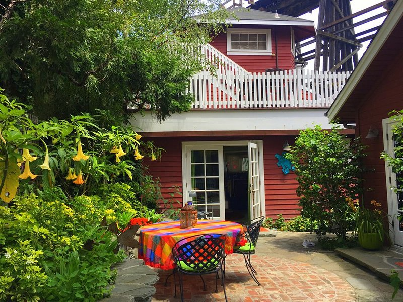 Steps to Capitola Beach and town - Deck with Fire Pit & BBQ on the Soquel Creek!, location de vacances à Soquel