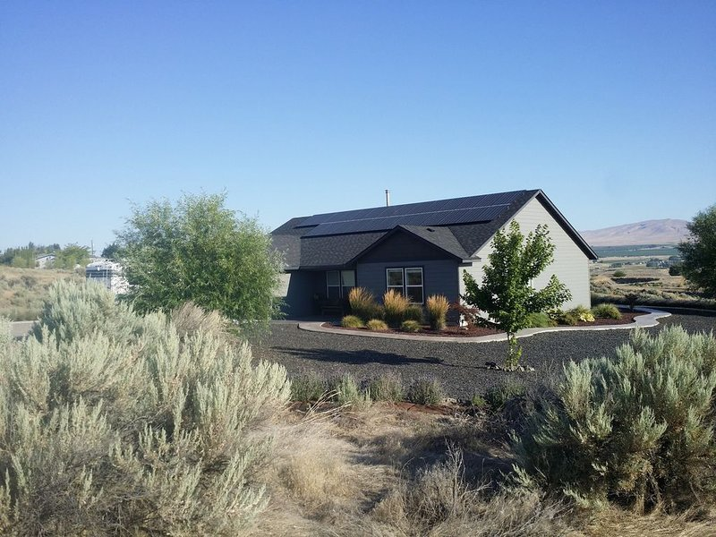 Wine tasting from this eco-friendly home with stunning views., holiday rental in Richland