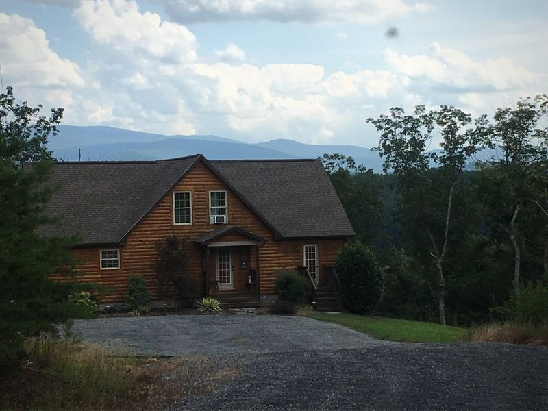 Mountain Views~ 2 King Master Suites ~  Skyline Drive / Caverns / Wineries, holiday rental in Bentonville