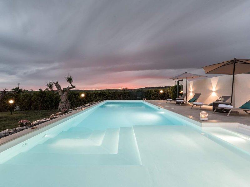 Elegante villa di campagna con piscina, completamente rinnovata, perfetta per le, alquiler vacacional en Ispica